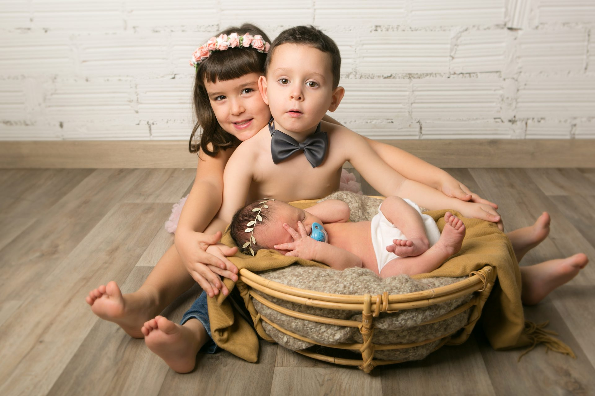 Fotografia recien nacido con hermanos Mataro